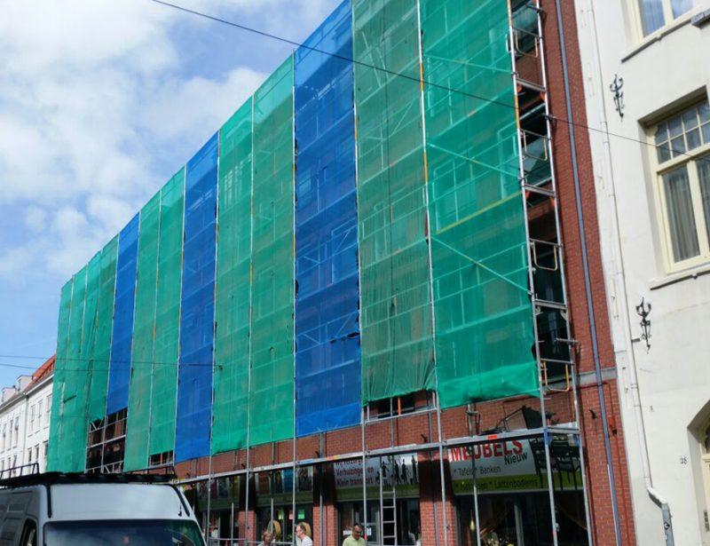Steiger winkelcentrum met gekleurd werkgordijn